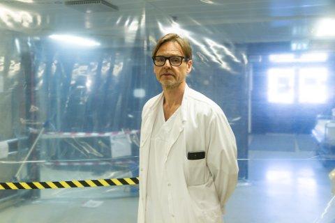 EIGA SLUSE: Overlege Torgeir Finnjord på medisinsk avdeling på runde inne i sjukehuset. Bak han ser ein «slusa» der pasientar med mistenkt eller påvist koronasmitte blir tatt inn på baksida av sjukehuset.