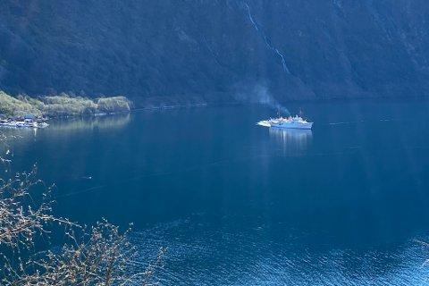 KORT VISITT: Her er KS «Norge» avbilda inst i Høyangerfjorden.