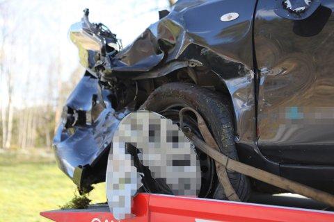 SMADRA: Denne bilen kom i frå Florø og køyrde austover då ein bil kryssa vegen var på veg inn på rasteplassen i Eikefjord.