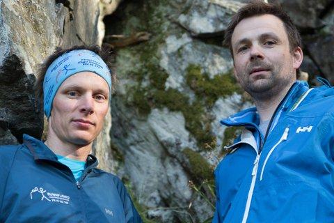 UTFORSKARTRONG: Kameratane Eigil Instebø (med panneband) og Kenneth Nøstdal gjekk opp fjellsida frå Skredvika på riksveg 5 mellom Naustdal og Førde.
