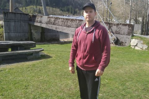 OPPGITT: Dan Inge Flatjord Herland (34) frå Førde er lei av å sjå glasbrot og søppel på offentlege uteområde.