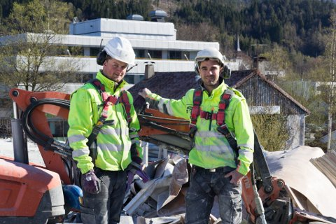 SAGAR OG RIV: For Idar Hagen Turlid og Adrian Ertesvåg er Magne Aase-bygget eit større prosjekt enn dei er vant til. Her foran riveroboten.