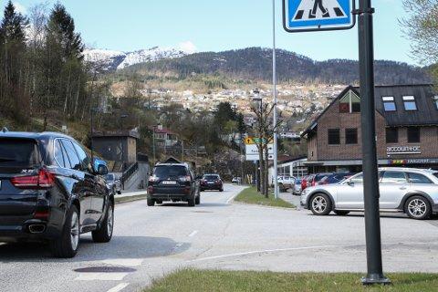 E39: Den tett trafikerte Fjellvegen gjennom sentrum sør er også del av stamvegen gjennom Sogn og Fjordane. Førdepakken tek inn bompengar frå gjennomgangstrafikken. No blir det diskutert om m. a. utbetringane av vanskelege kryss der skal droppast.