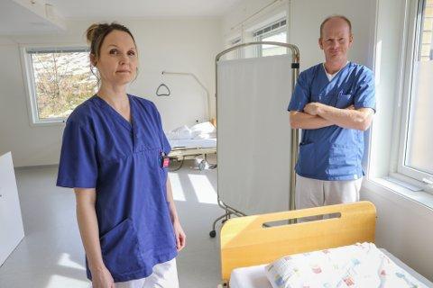 BUDDE PÅ Å HJELPE: Einingsleiar Una Holmelid og sjukeheimslege Halvard Seljesæter i eitt av pasientromma i kohorten som snart kan takast i bruk.