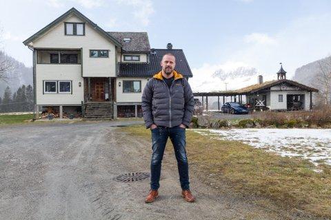 UTAN LEGEFRAKK: Øystein Furnes er kommuneoverlege i Sunnfjord, og har dei siste vekene vore den mest intervjua personen i Firda. Vi har møtt han heime i Bygstad.