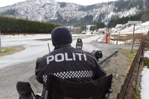 FLEIRE BLIR TATT: Up seier at det har vore ein auke i førarkortbeslag i 2020. Her er Inge Værøy i UP Sunnfjord og har fartskontroll på Bruland 5. april.