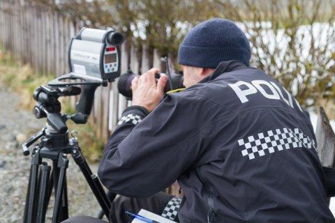 KJEM TILBAKE: Inge Værøy og kollegaen i Utrykkingspolitiet tok 34 fartssyndarar på Myrmel onsdag. No lovar dei å komme tilbake.