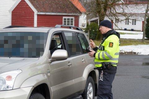 KØYRDE FOR FORT: Einar Vereide i UP stoppa dagens første fartssyndar på E39 ved Bruland i Førde.