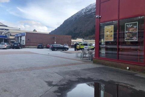 POLITIET GREIP INN: Politiet rykte ut og tok hand om ein apotek-kunde som oppførte seg truande mot personalet tysdag ettermiddag.