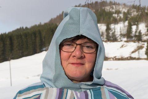 VISER FRAM Vigdis Svorstøl har starta ein sydugnad mot koronasmitta i Sunnfjord. Dugnaden er i ferd med å spreie seg. Her viser Svorstøl fram ei hette som pleiarane kan bruke.