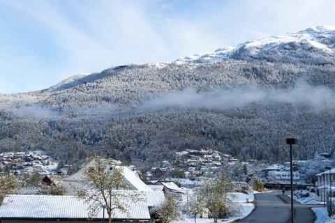 VÅR 2020: Søndag tok det til å snø i Førde. Sunnfjordingane vakna dermed opp til dette synet 11. mai.
