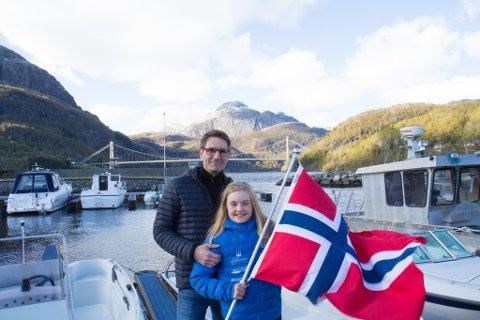 MARKERING: Det tradisjonelle 17. mai-toget i Dale blir i år erstatta av båtkonvoi langs Dalsfjorden. Roald Standnes og dottera Laura (10) er blant dei som skal delta.