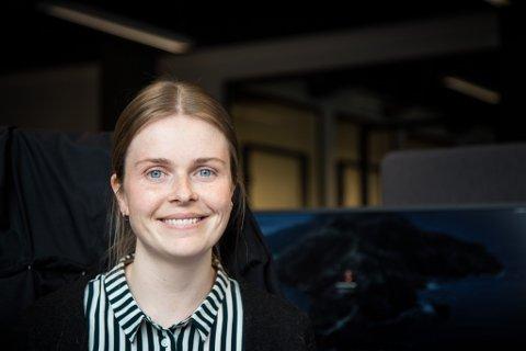 NYTT OG SPENNANDE: Astrid Høgset (26) skal fungere som utviklar for Norse Feedback i Førde. Ho går frå eit konsulentfirma med 12.000 tilsette til eit tett team på 10 personar.