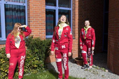 GLADE: Det er kjekkare å vere på skulen enn å ha heimeskule, synest f.v: Eila Madsen (19), Maria Hoff Mortensbakke (19) og Amalie Sunde (19). Dei var glade for å vere attende på Hafstad vgs etter lange veker med heimeskule.