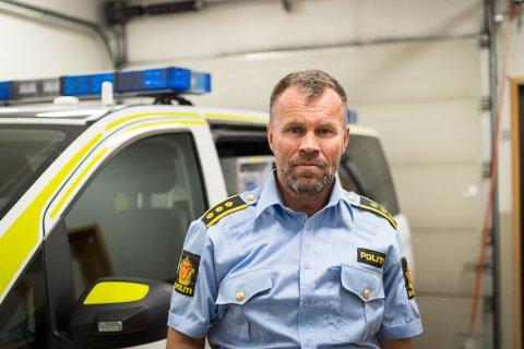 KULEHOL I BIL: Politiet i Sunnfjord ei kule på avvege i Viksdalen. På bildet: Lensmann i Sunnfjord, Dag Fiske.