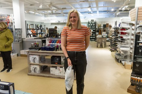 DEN SISTE HANDLETUREN: Maria Hunvik (23) frå Førde innom opphøyrssalet på Førde Glassmagasin.
