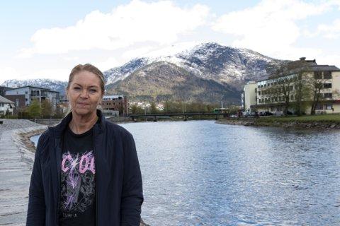 VANSKELEG: For Travelnet Fjordane Reisebyrå snudde koronaviruset situasjonen på hovudet frå rift etter reiser til kanselleringar. No håper Anne Oline F. Gullaksen at folk ønskjer å kjøpe reiser i Norge i staden.