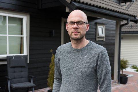 SLUTTAR OG FLYTTAR: Hilmar Gudlaugsson har trent Førde sitt damelag i to sesongar. No reiser han for å bli spelarutviklar i Volda, og må flytte frå huset på Flatene saman med familien.