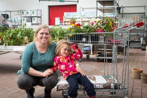 HAGE: Eva Lisa Yndestad Skilbrei likar plantar med mange fargar.  Dottera Angelica (4) likar synest blomstrane skal lukte. Heldigvis kan begge få det som dei vil.