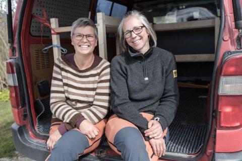 I BILEN: Bakarane på Erketunet på Vassenden: Jenny-Marie Håland (eigar ) og Signe Kolrud.