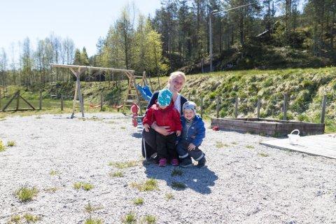 RETT TID: Nina Sofie Gjelsvik og borna Solveig-Natalie Ytrehus Gjelsvik og Sverre-Ingmar Ytrehus Gjelsvik (2) saknar leikeplass i Førde sentrum. Ho får støtte av artikkelforfattarane. Her er Gjelsvik og borna på ein leikeplass på Sygna.