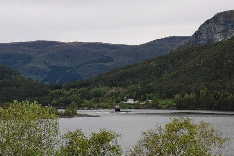 UBÅT: Her har forsvaret sin ubåt nett passert Ålesundet. Kuneset i bakgrunnen.