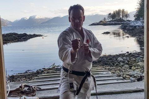 DER INGEN SKULLE TRU: At nokon kunne drive karate. Tom Peder Jakobsen driv Lavik karateklubb, som har treningar i Lavik, Hyllestad og Dale. Her er han avbilda på eit naust ved huset sitt, der av og til trenar karate på eiga hand.