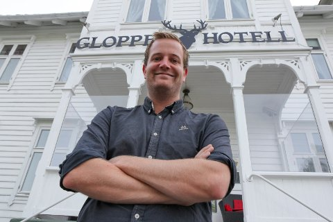 JUBLAR FOR GJENOPNING: Preben Moen, hotelldirektør på Gloppen Hotell på Sandane er kjempeglad for at samfunnet no er opna og at det er slutt på koronarestriksjonane.