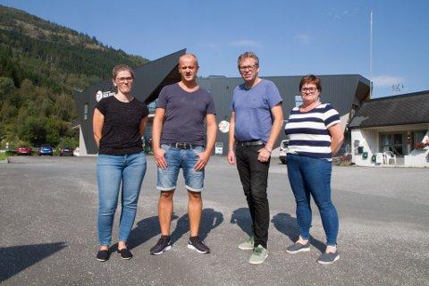 TILSETTE: Frå venstre: Designar Ann Lisbeth Lesto, butikksjef Kenneth Lending, Rune og Edel Kristin Skilbrei. Bildet blei tatt sommaren 2019.