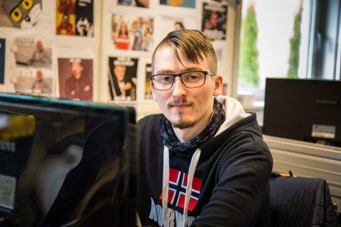 PÅ SKULEBENKEN: Etter lang tid med heimeskule er Marius Emil Hauge de Groot tilbake på Øyrane VGS for å jobbe praktisk.