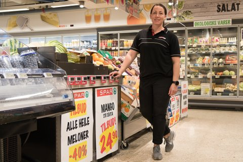 PENDLAR: Therese Syvertsen (38) har pendla i 15 år til butikkjobb i Førde. Ho har ansvar for frukt og grønsaker i daglegvarebutikken i handelshuset Alti.