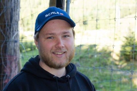 HJORT OG FISK: Even Andre Grytten (25) har drive hjortefarm i to – tre år. Han har overteke 100 mål av farsgarden, i tillegg til at han slår dei andre areala og brukar høyet som for. Han har også full jobb hos Flokenes Fiskefarm, og driv med fisk om dagen og hjort om kvelden.