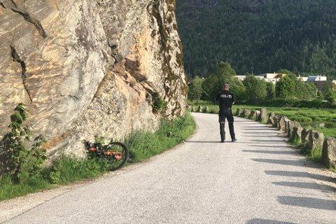 BIL MOT SYKKEL: Ein gut i tenåra er sendt til sjukehus etter kollisjon med ein bil i Hornnesvegen i Førde.