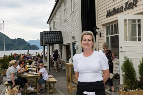 SUKSESS: Bildet frå opninga av kaféen, med dagleg leiar Marita Mossestad framst.