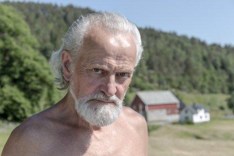 SPØRSMÅL: Torleik Stegane på Vasset i Eikefjord meiner naboane ikkje overheld buplikta. Han har mange spørsmål til kommunedirektøren om kvifor Kinn tillet det han meiner er lovbrot.