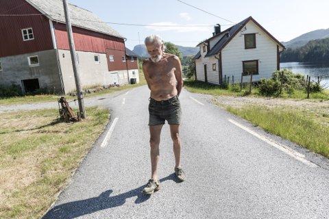 Torleik Stegane på Vasset i Eikefjord meiner naboane ikkje overheld buplikta. – Her har det ikkje vore lys i husa meir enn nokre få gonger på fleire år, seier Stegane.