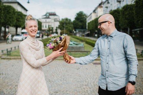 STIPEND: Thea Hjelmeland får stipend for eit prosjekt med nynorske samtidsstev. Her er ho med leiar av Noregs Mållag, Peder Lofnes Hauge.
