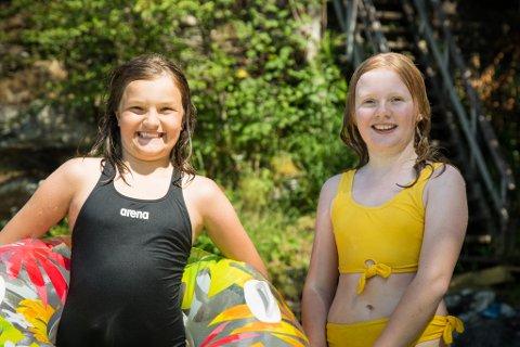 SOMMARMODUS: Ida Kvile Hjartholm(11) og Lotta Kamille Halsnes (11) hadde få pauser frå vatnet ved Badevika i Dale.