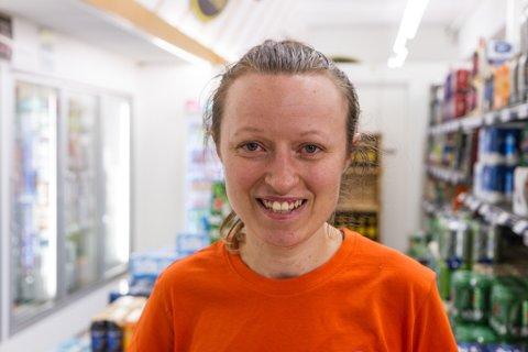 NØGD MED KUNDANE: Veslemøy Ripe (29), butikksjef på Bunnpris Bruland i Førde, synest kundane er flinke til å følge reglane.