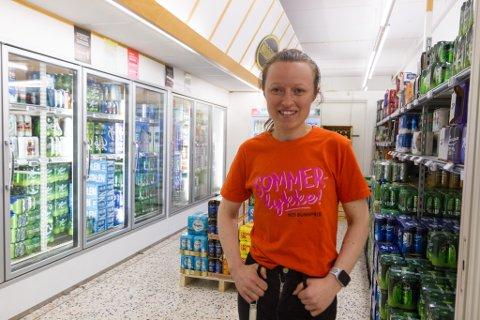 UTVIDA OPNINGSTIDER: Veslemøy Ripe (29), butikksjef på Bunnpris Bruland i Førde, kan selje øl to timar lenger enn før, men kjem truleg til å halde på ølrommet sitt.