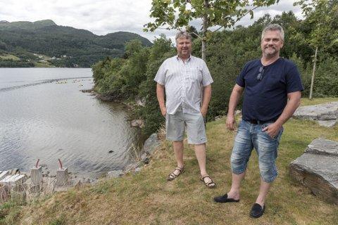 STORE PLANAR: Arild Hoff og Freddy Ulltang planlegg badestrand ved industriområdet på Hornnes. Stranda vil ligge om lag der som kajakkane i bakgrunnen er.