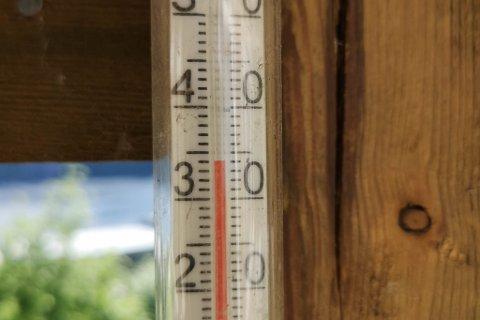 REKORD: Så varmt som no i juni har det aldri vore i Førde før. Bilde syner gradestokken på verandan til Eldgrim Fossheim fredag ettermiddag.