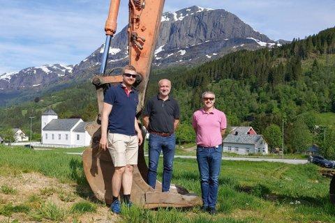 INTIATIVTAKARANE: Pål Anders Kårstad, Frode Kårstad og Grim Erik Gillestad ved grabben på gravemaskina som tok det første spadetaket.