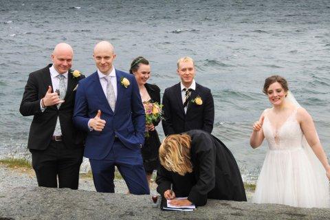 VIA SEG UTE: Henrik Sørgård og Sarah Marie Furevik gifta seg ved fjorden i Os kommune med forlovarane til stades.