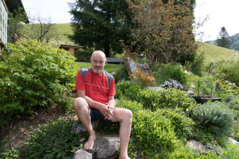 KURERT: Øyvind Hegrenes var i mange år heilt lamma av angst. Ei elleve vekers behandling for snart 30 år sidan kurerte han for godt. I dag lever han eit godt liv i i ein frodig hage i Angedalen i Førde.