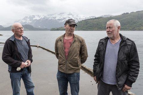 VEVRING:  Joar Thingnes, Geir Førsund og Olav Thingnes er alle ivrige hobbyfiskarar. Dei reagerer på eit regelverk som gjer at dei må stå att på kaia medan yrkesfiskarar får fiske tonnevis med fangst.