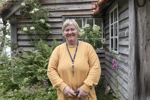 FÅR MANGE INNOM: Solveig Berg Lofnes er avdelingsleiar for Astruptunet og Eikaasgalleriet, som har hatt vekst i sommar.