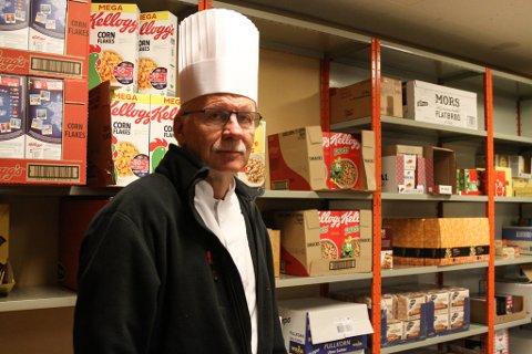 KJØKKENSJEF: Johnny Jacobsen kunne drive kjøkkenet meir effektivt om han hadde fått betre plass. Dei har no 550 kvadratmeter - han ønskjer seg eit lokale på rundt 800.