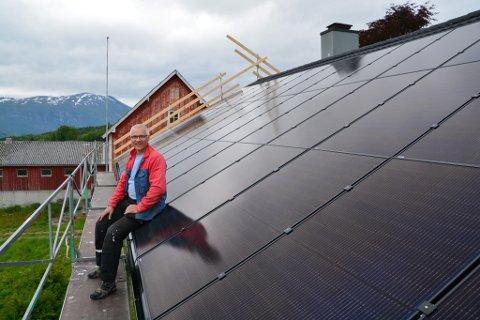 HAUSTAR SOL: Odd O. Støyva liker å teste ut ny teknologi. No har han investert i solcellepanel på halve taket, og gler seg over både overskya og solfylte dagar. Då produserer taket straum.