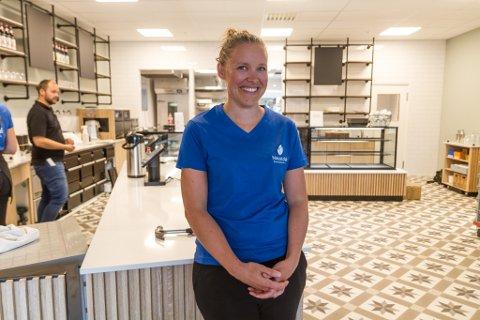 NY KAFÉ: Anne Sofie Berntsen, medeigar i Naustdal Dampbakeri, gler seg til å opne ein ny versjon av kaféen på Elvetorget.